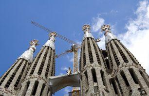 Per què la Sagrada Família té quatre torres per banda?
