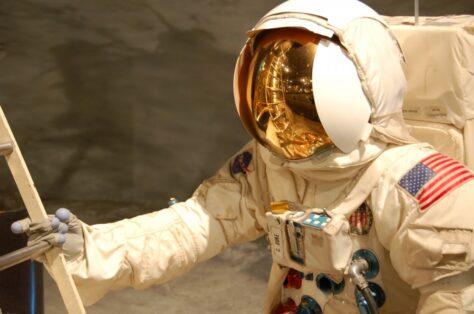 Per què un home pesa menys a la Lluna que a la Terra?