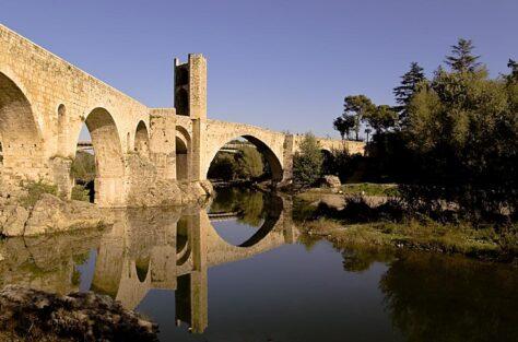 Per què els de Besalú van construir una torre al mig del pont vell?
