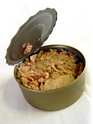 Com obrir una llauna de tonyina sense eines?