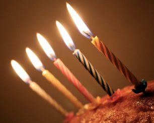 Per què bufem espelmes per celebrar el nostre aniversari?