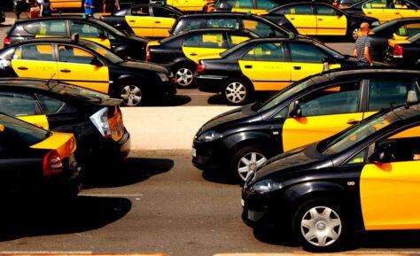 Per què els taxis de Barcelona són grocs i negres?