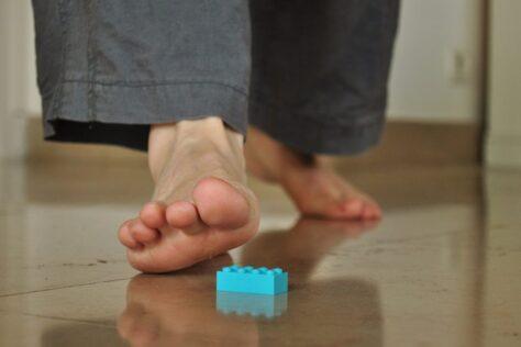 Per què fa tant mal trepitjar peces de Lego amb els peus descalços?