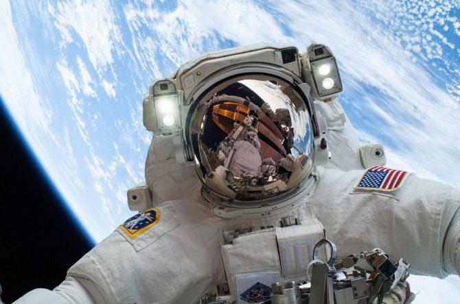 Els astronautes no poden eructar a l'espai